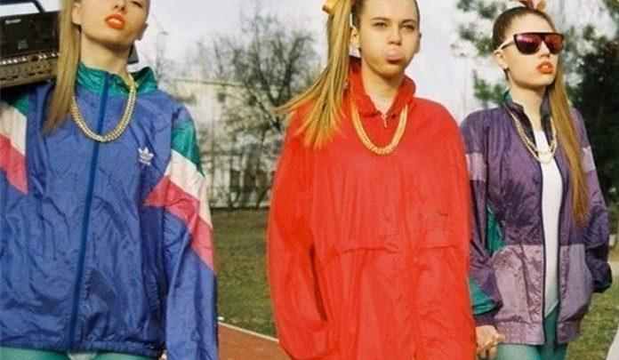 Скованные одним свитером: как в 90-е сходили с ума по одинаковой одежде